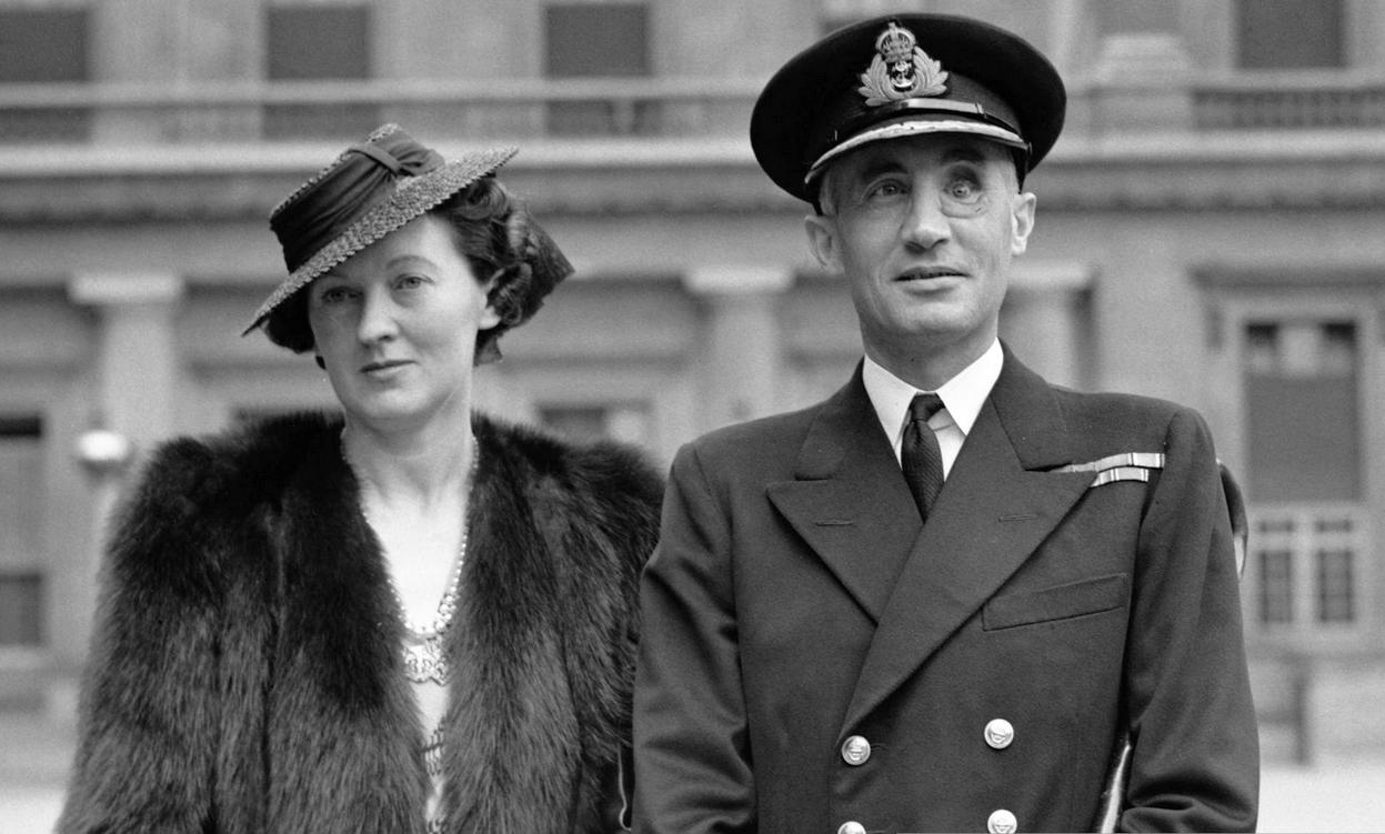 A Viktória kereszt átadási ünnepségére a Buckingham-palotába érkező Robert Sherbrooke, és felesége.