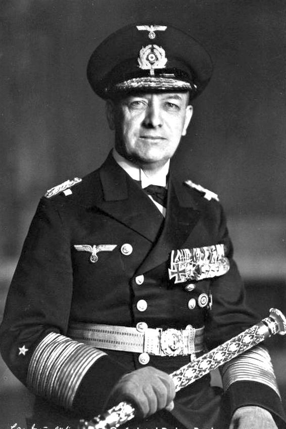 Dr. Erich Johann Albert Raeder, a német haditengerészet főparancsnoka, a náci katonai vezetők elmaradhatatlan kellékével, a marsallbottal.