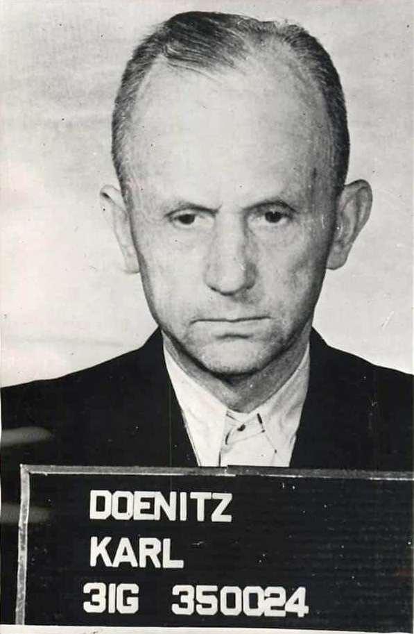 Dönitz körözési fotója, amit letartóztatásakor készítették a háború végén.