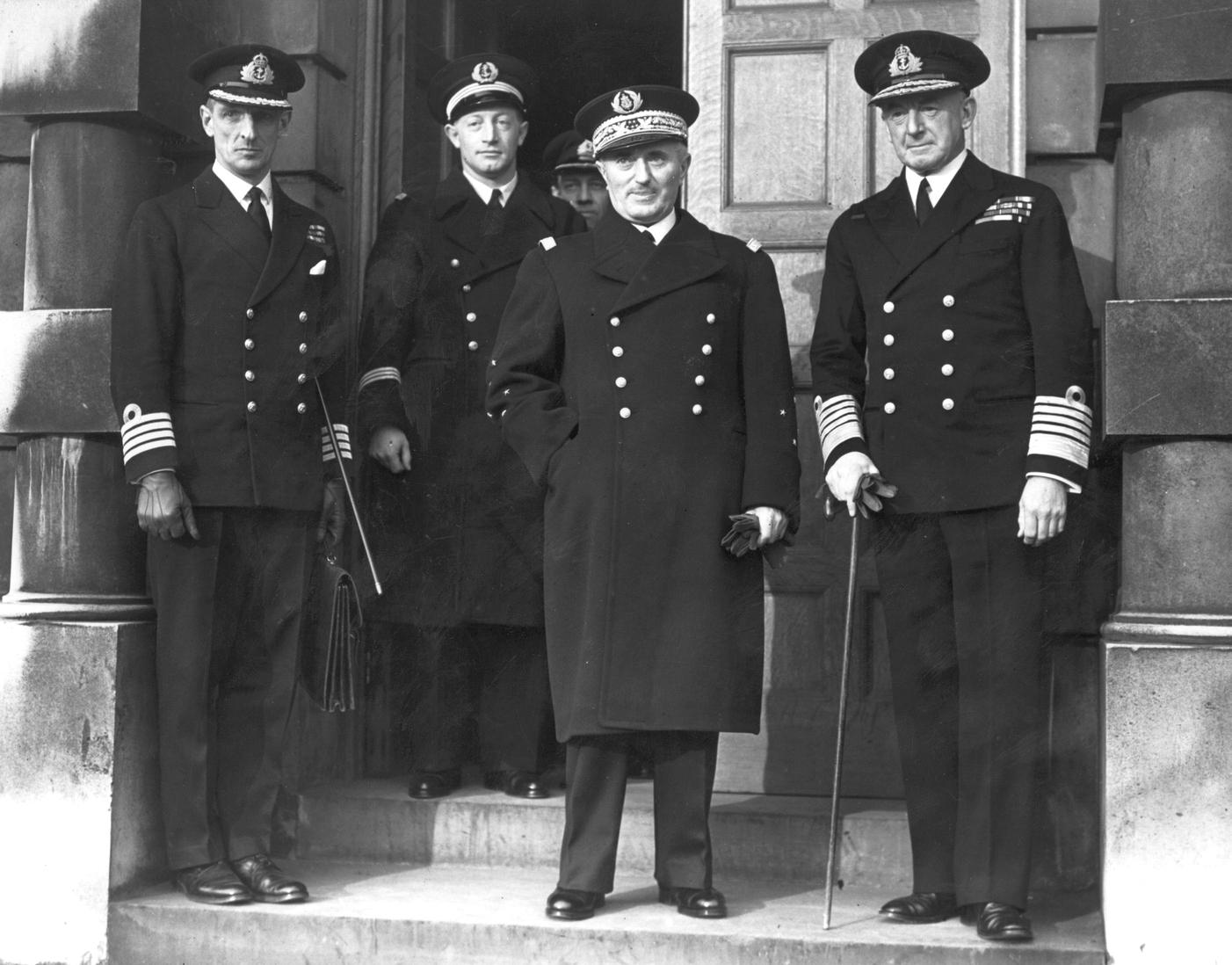 Darlan 1939 decemberében, egy londoni látogatáson. Mellette az Admiralitás akkori Első Lordja, Sir Dudley Pound.