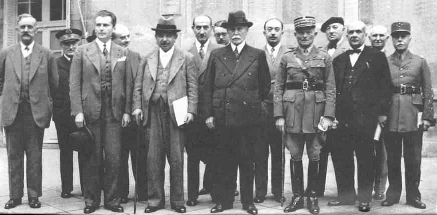 Az első Pétain kormány. Balról a második a mélynövésű Darlan.