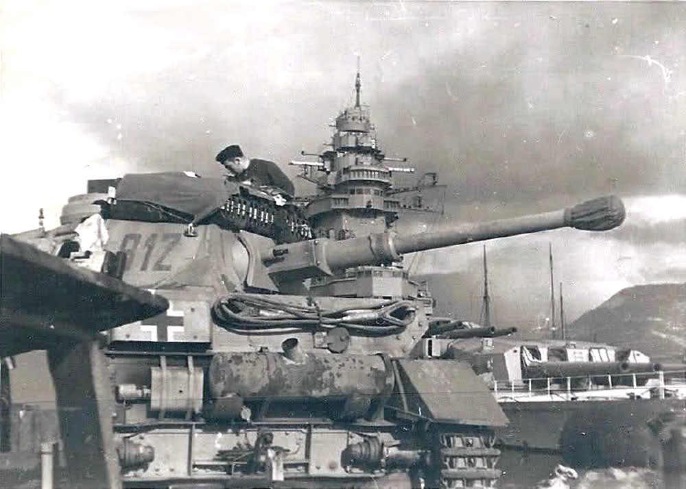 Német harckocsi a Strasbourg mólójánál.