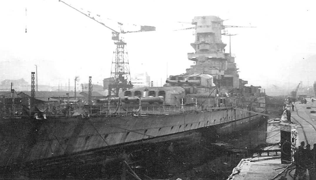 Az elárasztott dokkban álló Dunkerque.