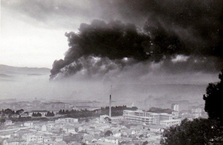 Az égő hajók füstje Toulon felett.