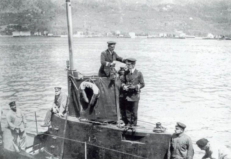 Trapp az U-5 parancsnoki tornyán.