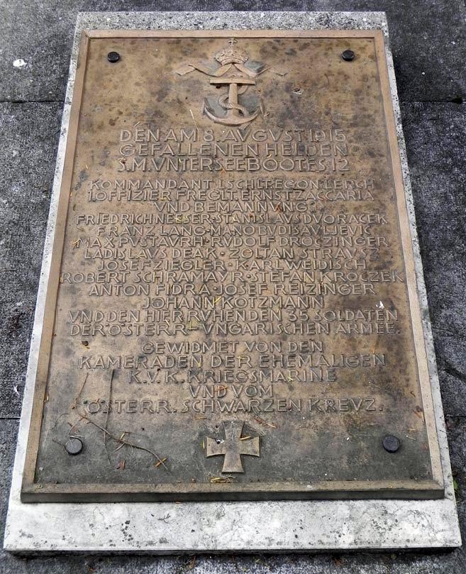 Az U-12 tengerészeinek emléktáblája a velencei síron.