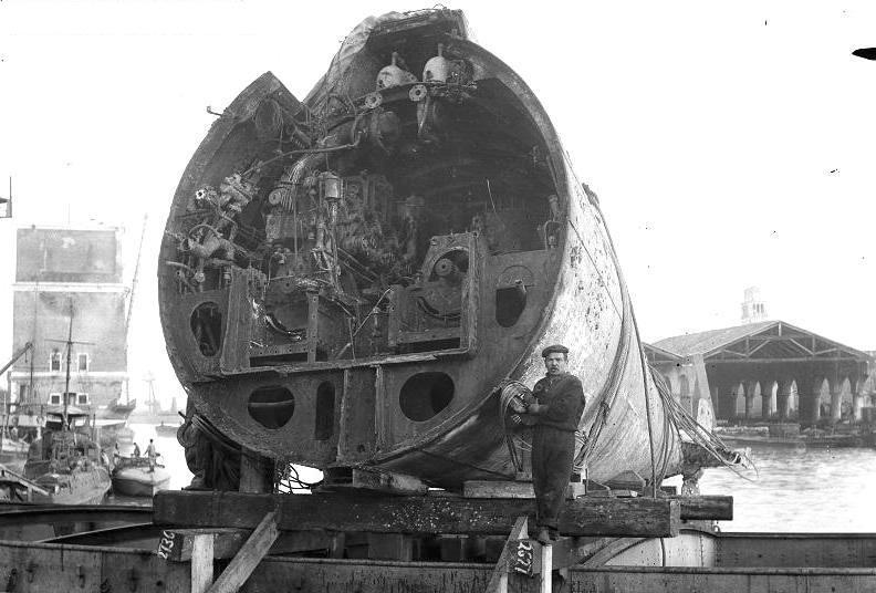 A bontás alatt álló, szétvágott roncs hátsó része. A hajó belsejében jól látható az egyik motor.