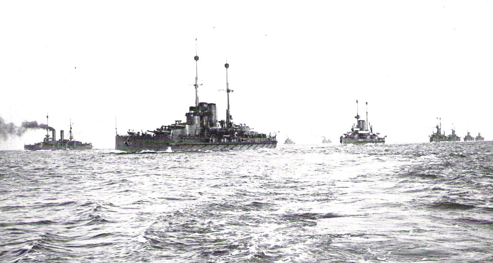 A flotta egy háború előtti hadgyakorlaton. Az élen a Viribus Unitis.