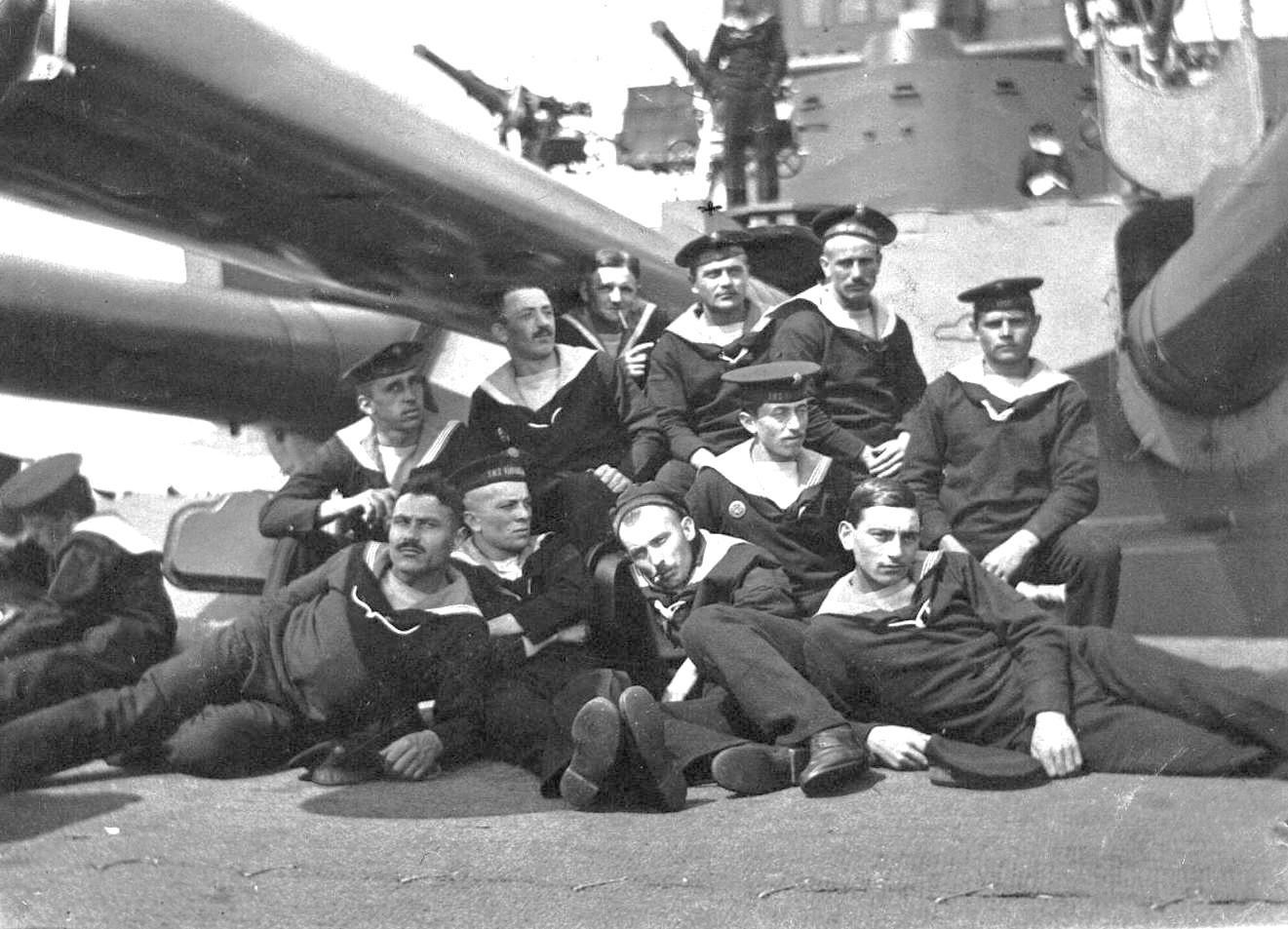 Csoportkép a csatahajó B lövegtornya előtt.