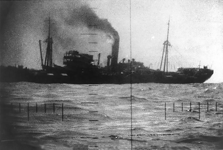A célkeresztben a megtorpedózott Buyo Maru.