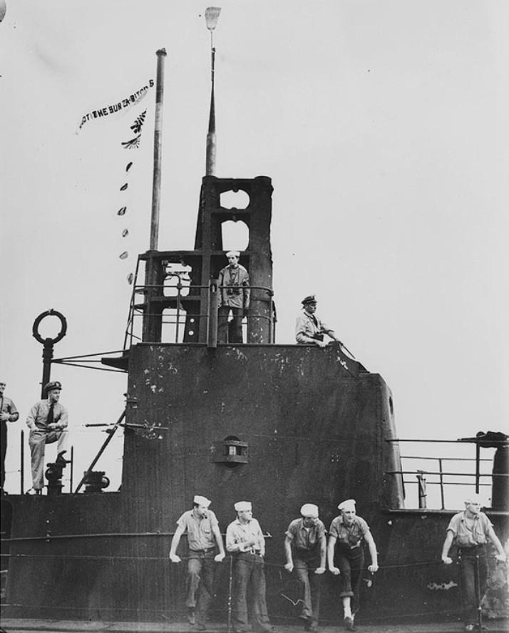 A Pearl Harborba visszatérő Wahoo parancsnoki tornya, zászlókkal, szalagokkal, és seprűvel ékesítve.