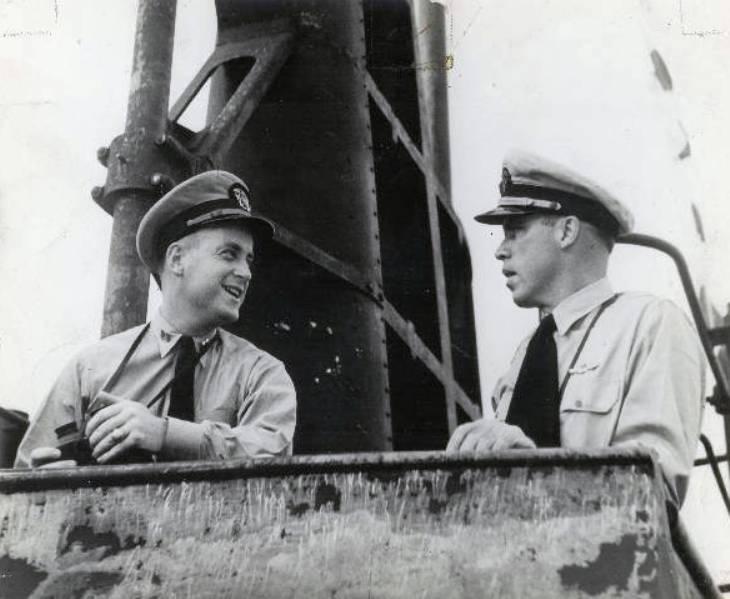 Morton – jobbra –, és elsőtisztje, Richard O'Kane a Wahoo parancsnoki hídján.