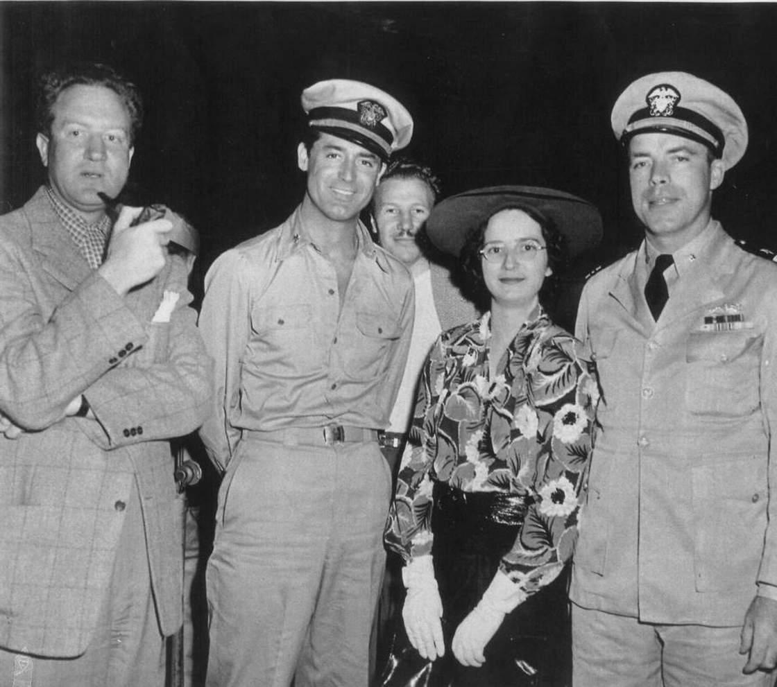 A tengerek hősét természetesen Hollywood is próbálta hasznosítani. Jobb oldalon a Destination Tokyo című film forgatásán szakértőként közreműködő Morton, és felesége, középen a főszereplő, Cary Grant, jobbra pedig a rendező, Delmer Daves.
