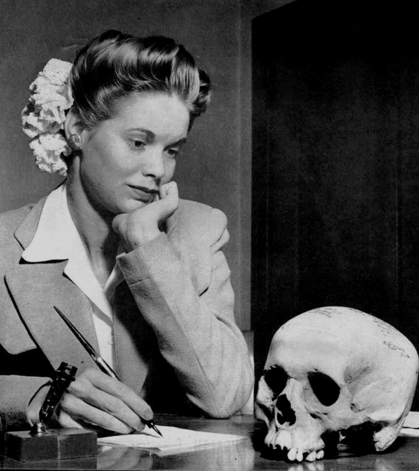 Lenni, vagy nem lenni. Amerikai tengerészgyalogos menyasszonya mereng a vőlegényétől kapott ajándék, egy japán koponya felett. (Az eredeti képaláírás szerint éppen a köszönőlevelet fogalmazza.) Az ajándék amúgy nem volt egyedi, az elesett japán katonák kifőzött koponyája népszerű szuvenír volt. A koponya tetején egyébként jól lehet látni a pajkos tengerészgyalogosok aláírásait.