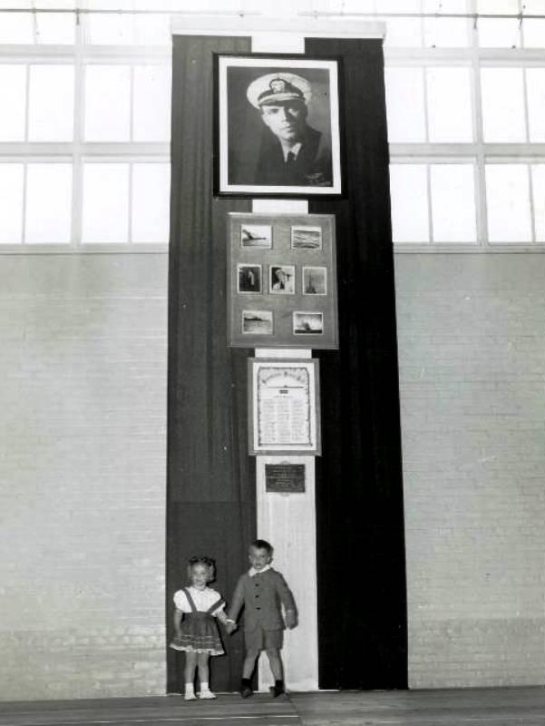 Morton gyerekei az apjuk tiszteletére emelt emléktábla előtt.
