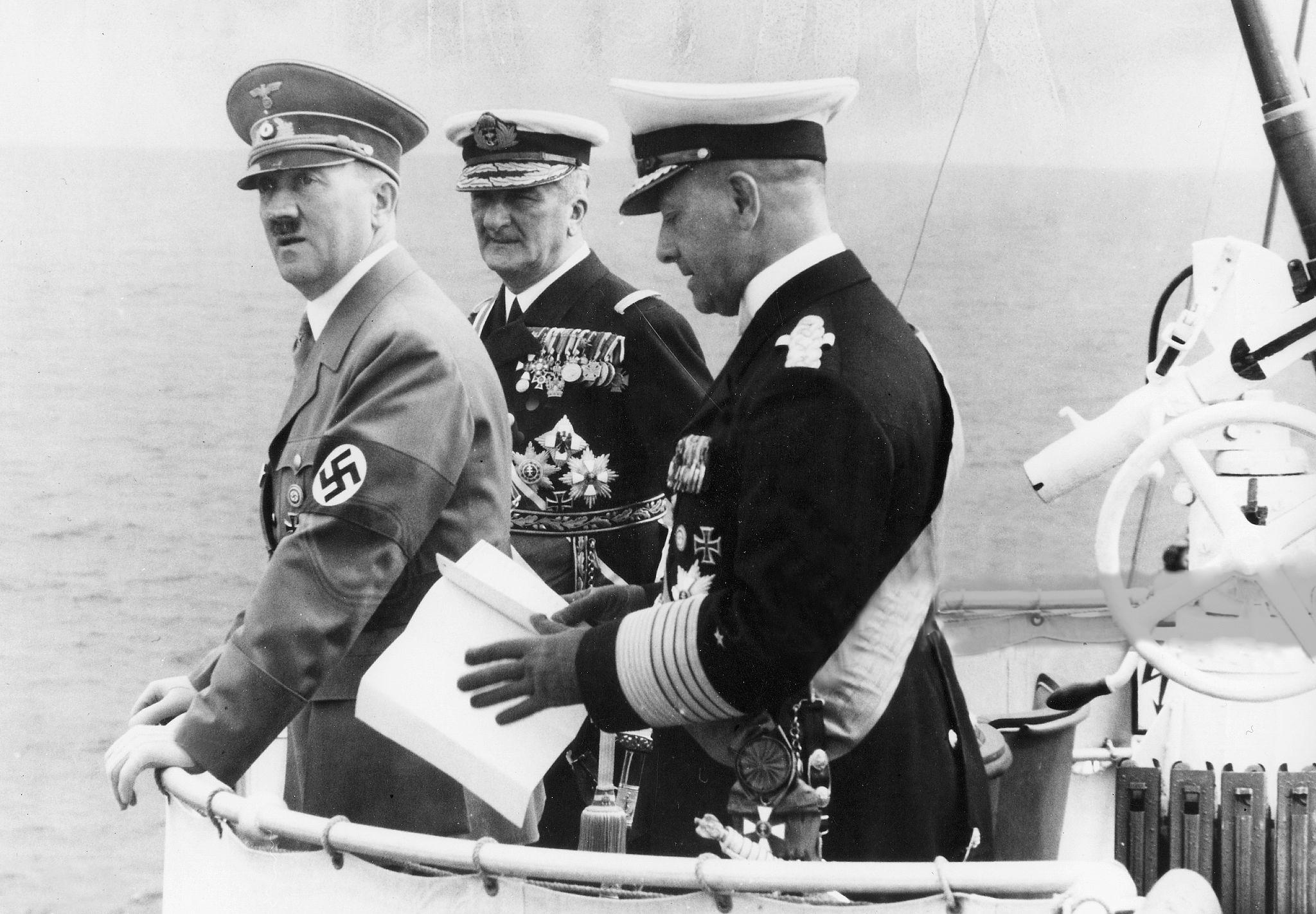 A Prinz Eugen vízrebocsátására tartó Hitler, Raeder, és Horthy.