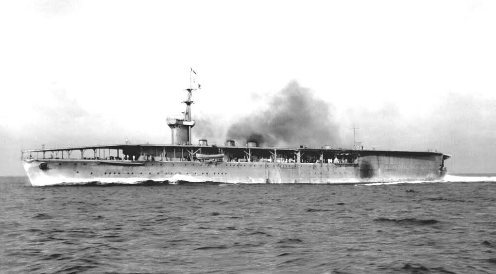 A Hosho, az első, modernnek tekinthető anyahajó.