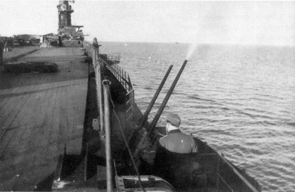 Egy 37 mm-es ikerlöveg a Graf Zeppelin fedélzetén.