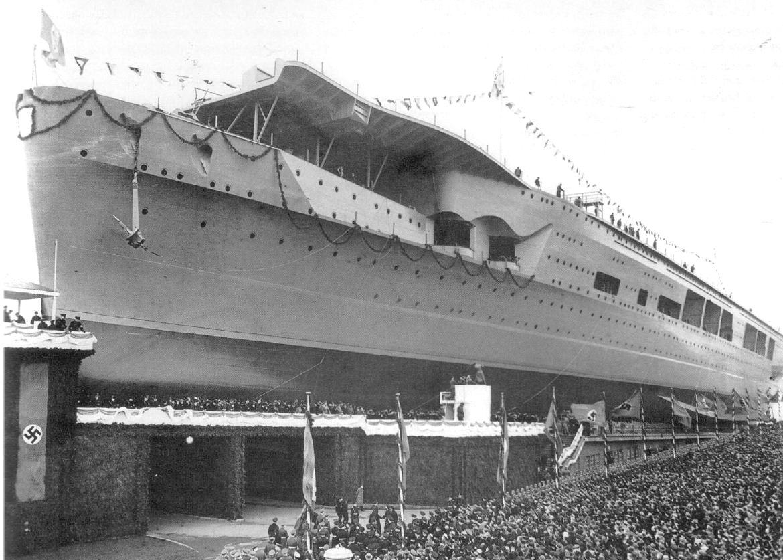 A fellobogózott hajó a vízrebocsátás előtt.