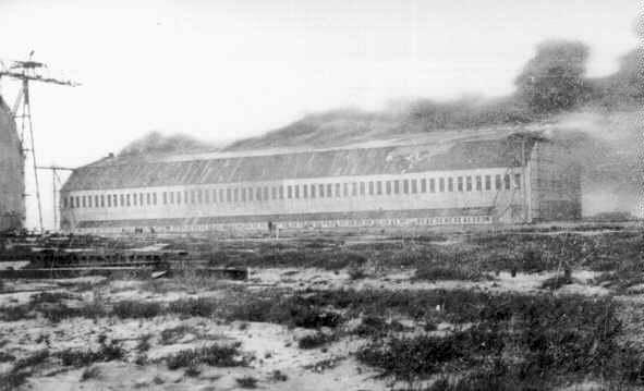 Az égő Zeppelin hangár Tondernben.