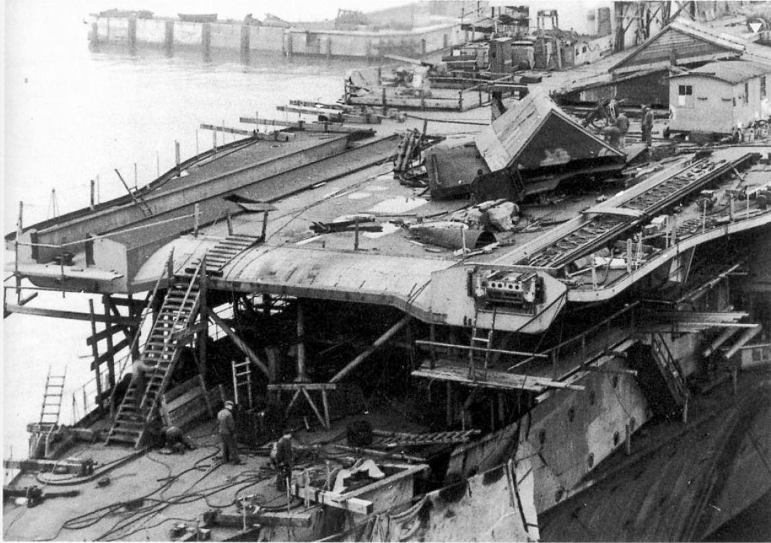 Az építés alatt álló Graf Zeppelin repülőfedélzetének elülső része. Jól látható a két katapultpálya, a jobb oldaliban a már beépített katapulttal.