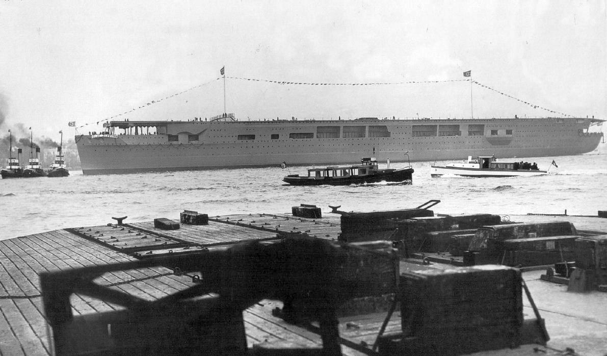 Az anyahajó a vízrebocsátás után. A Graf Zeppelinről található képek legalább fele ezen az eseményen készült.
