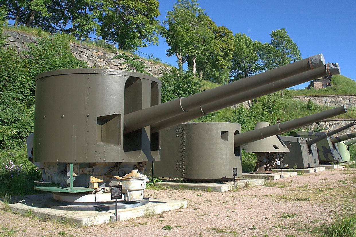 A képen elöl egy eredetileg a Graf Zeppelinre szánt 15 cm-es lövegtorony, a dán Oscarsborg erőd múzeumában.