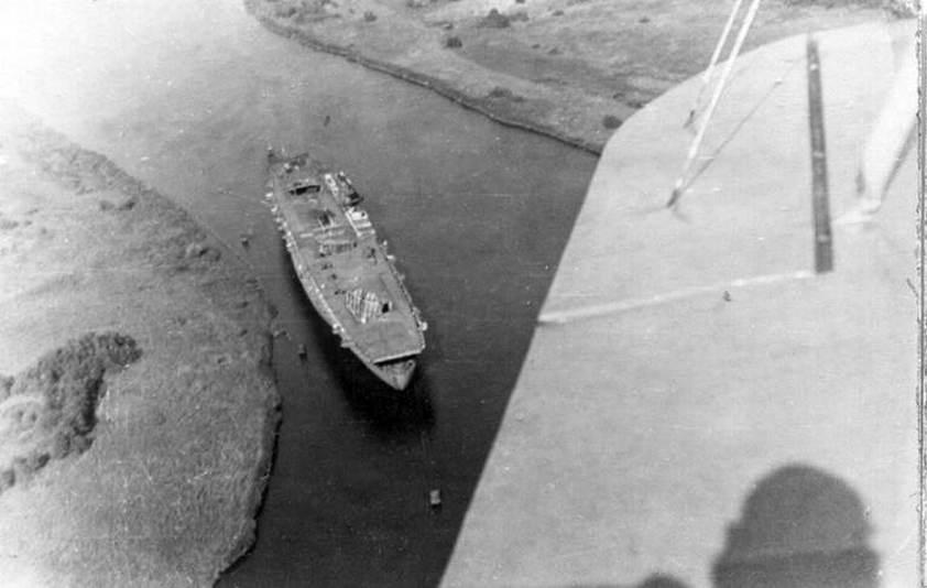 A Mönnén horgonyzó, elhagyatott anyahajó.