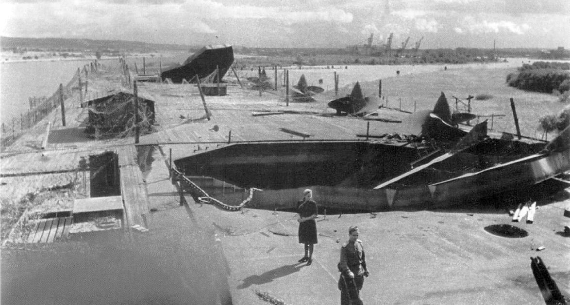 Orosz katonák és katonanők a Zeppelin fedélzetén, 1945 nyarán. Jól láthatóak a szétrobbantott liftek, és a fedélzeten álló hajócsavarok.