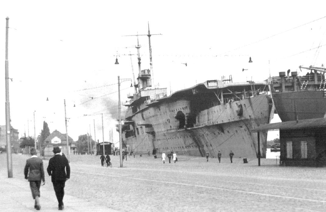 A stettini rakpart mellett veszteglő Graf Zeppelin.
