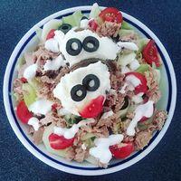 Amikor visszanéz rád az ebéded :D  A szokásos tonhal saláta, pirítóssal és most tojáskrémmel