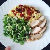 Íme a mai #ebedem: Egyben sült majoránnás csirkemell, aszalt paradicsomos bulgur és madár saláta zöldfűszeres majonézes -joghurtos öntettel (ettem hozzá koktél paradicsomot is, csak az lemaradt a képről