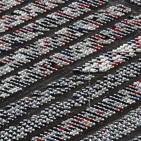 Légifelvételek brutális mennyiségű eladatlan autóról