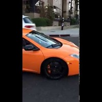 Kamu volt a gördeszkás által betört szélvédőjű McLaren videója