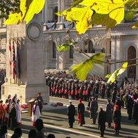 A Poppy útja a nyugati front katonasírjaitól, a britek gallérjáig.