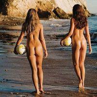 Gyönyörű strandröplabdás lányok