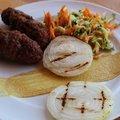 Mics grillezett hagymakarikákkal és cukkinis, répás salátával