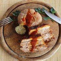 Grillezett sertés oldalas fűszervajas, lapított burgonyával