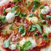 Grillen készült, vékony tésztás házi pizza