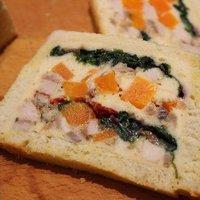 Spenóttal, répával és sertéssülttel töltött kenyér
