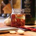 Chili és fokhagyma olíva olajban