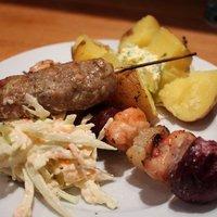 Csirke saslik, cevap, snidlinges burgonya és coleslaw saláta - vagy valami hasonló