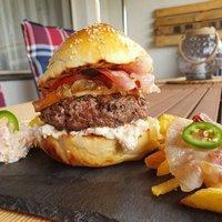 Családi hamburger készítése a grillen