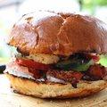 Óriás csirke burger, grill sajttal, avokádóval s miegymással