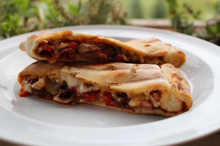Calzone pizza vagy valami hasonló készítése a gázgrillen