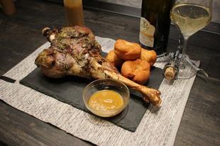 Egészben sült báránycombok, zöldséges mártás és mini fánkok