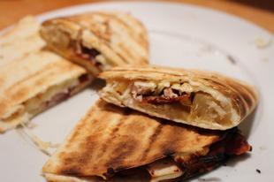 Quesadilla - babos-hagymás, csirkemelles-ananászos verziókban