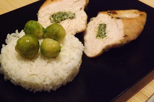 Spenótkrémmel töltött sült csirkemellek párolt rizzsel és kelbimbókkal