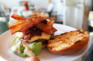 Marha- és vega burger hagymalekvárral és coleslaw-val