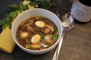 Újhagymás, pirított gombás leves fürjtojásokkal és egy könnyű gyöngyözőborral